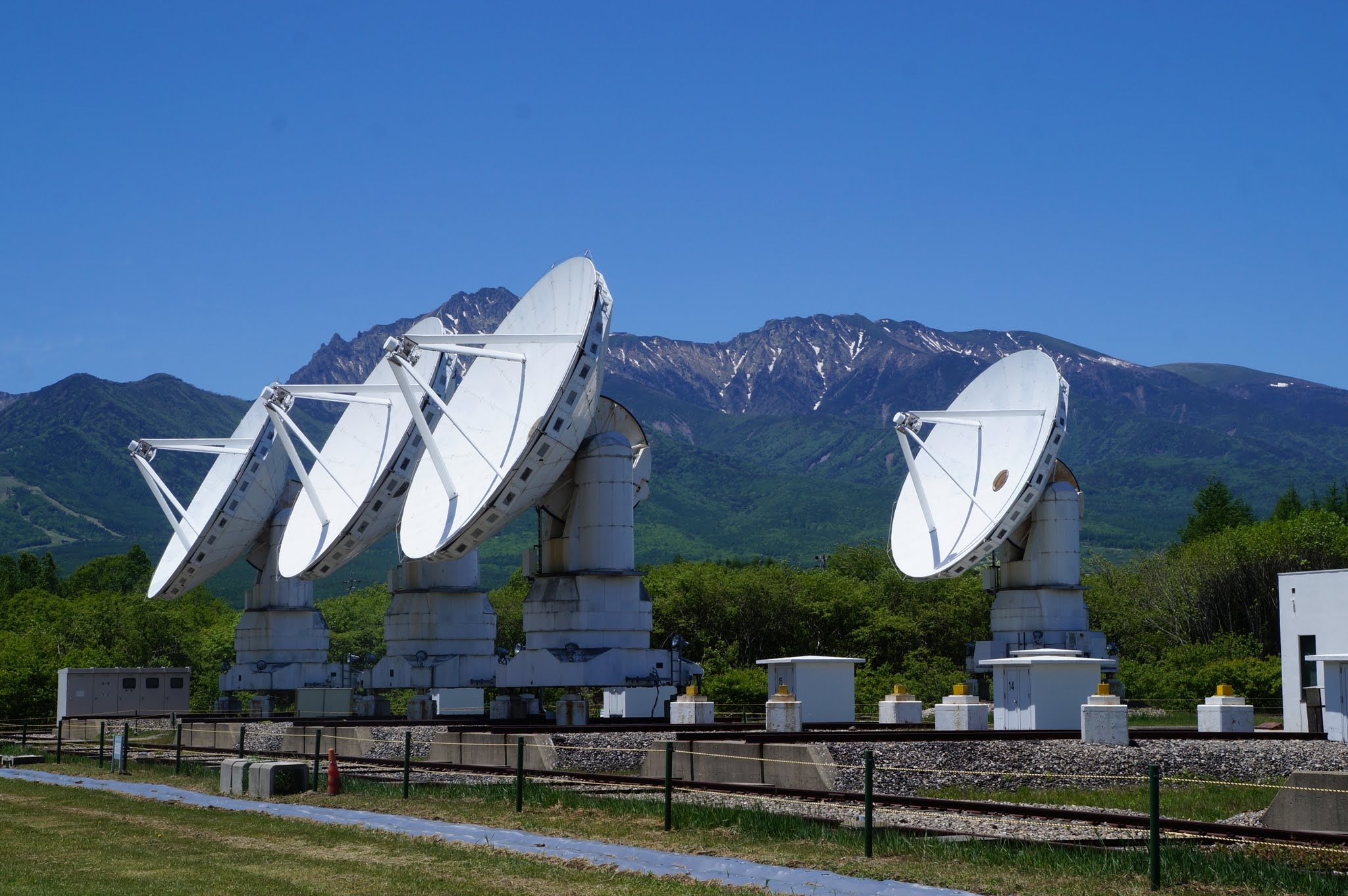 Array of radiotelescopes in front of a mountain